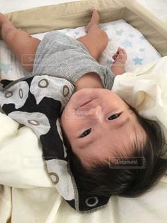 赤ちゃんベッドの上で笑顔のゆうきボーイ - No.971177