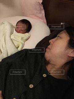 産まれたばかりのゆうきボーイとお母さんの写真・画像素材[971181]