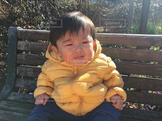 公園のベンチで泣くゆうきボーイの写真・画像素材[971187]