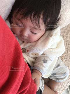 お母さんの横で眠るゆうきボーイの写真・画像素材[971190]