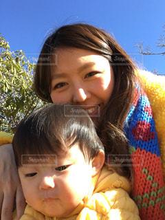 公園でお散歩中のゆうきボーイとお母さんの写真・画像素材[971261]