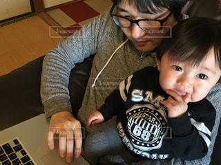 お父さんのお仕事のお手伝いをするゆうきボーイの写真・画像素材[978776]