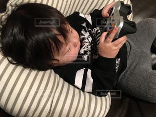 ゲームのコントローラーを握るゆうきボーイの写真・画像素材[979643]