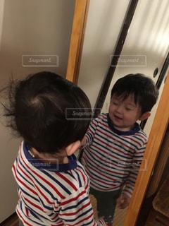 ゆうきボーイと鏡の中の自分の写真・画像素材[1056691]
