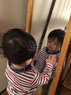 ゆうきボーイと鏡の中の自分の写真・画像素材[1056692]