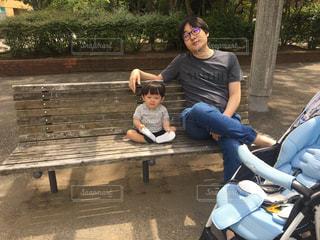 公園でお散歩中のパパとゆうきボーイの写真・画像素材[1209268]