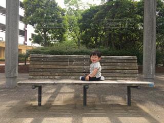 公園のベンチに座るゆうきボーイの写真・画像素材[1209269]
