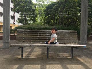 公園のベンチに座るゆうきボーイの写真・画像素材[1209270]