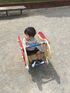 地面に座っている小さな男の子の写真・画像素材[1209272]