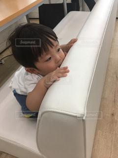 ベッドの上に座っている小さな子供の写真・画像素材[1222950]