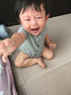 泣きながら手を伸ばすゆうきボーイの写真・画像素材[1279050]