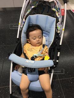 遊び疲れてベビーカーでねんねするゆうきボーイの写真・画像素材[1352319]