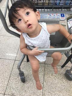 ショッピングカートに座るゆうきボーイの写真・画像素材[1406009]