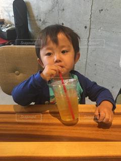 テーブルの上に座っている小さな男の子ゆうきボーイの写真・画像素材[2211414]