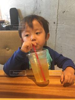 食べ物を食べながらテーブルに座っている小さな男の子ゆうきボーイの写真・画像素材[2211415]