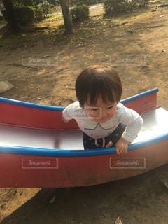 公園の滑り台に座っている小さな子供ゆうきボーイ。の写真・画像素材[2223834]