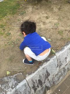 公園の花壇の上に立っている小さな男の子ゆうきボーイ。の写真・画像素材[2228983]