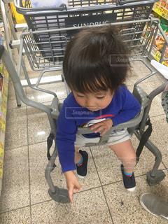 スーパーのカート椅子に座っている小さな子供ゆうきボーイ。の写真・画像素材[2228984]