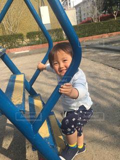滑り台に登ろうとしている小さな男の子ゆうきボーイ。の写真・画像素材[2228986]