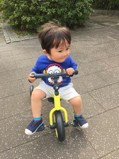 公園で三輪車に乗り緊張しているゆうきボーイ。の写真・画像素材[2250534]