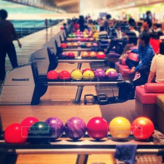 ボウリング場の球の写真・画像素材[971136]