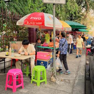 屋外で食事をする男性の写真・画像素材[971137]