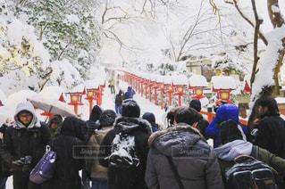 雪の中に立っている人々 のグループの写真・画像素材[971138]