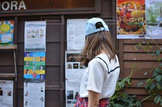レトロな街を歩くの写真・画像素材[1094017]