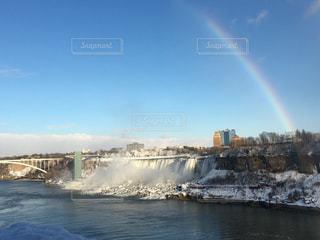ナイアガラの滝にかかる虹の写真・画像素材[971431]