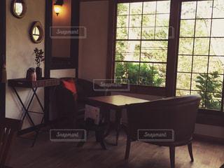 部屋の家具と大きな窓の写真・画像素材[1012760]