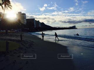 水の体に沈む夕日の写真・画像素材[972330]
