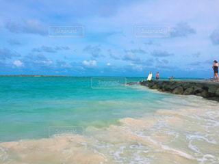 海の横にある水の体の写真・画像素材[972337]