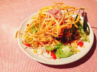 テーブルの上に食べ物のプレートの写真・画像素材[979991]