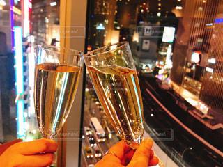 ワインのグラスを持っている人の写真・画像素材[992740]