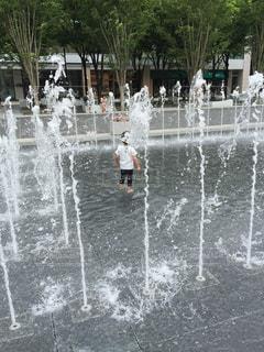 噴水と水遊びをする子供の写真・画像素材[1159820]