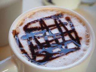 近くにプレートの上にコーヒー カップのアップの写真・画像素材[972140]