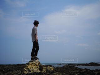 海の前に立っている男の写真・画像素材[1002631]