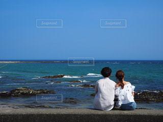 ビーチに座っている人々 のグループの写真・画像素材[1012655]