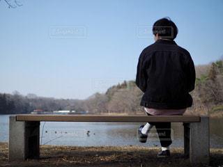 ベンチに座っている男の写真・画像素材[1062674]