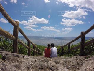 海を眺めるカップルの写真・画像素材[1093325]