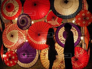 和傘の前での写真・画像素材[1526988]