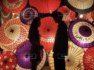 和傘の前での写真・画像素材[1526989]