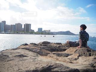 ハワイの街を眺める青年の写真・画像素材[2280780]