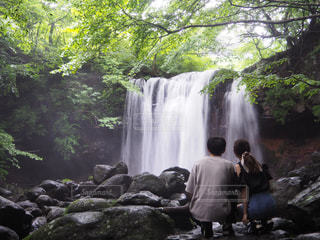 滝と私たちの写真・画像素材[2323094]