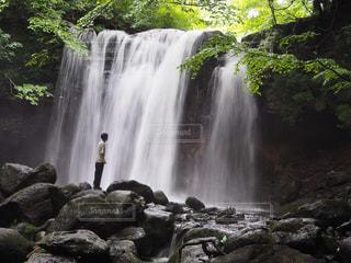 滝と私の写真・画像素材[2323096]