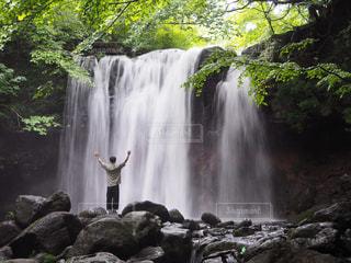 滝と私の写真・画像素材[2323098]