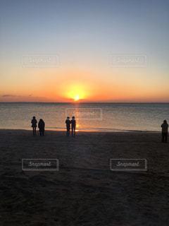 砂浜の上に立って人々 のカップルの写真・画像素材[972186]