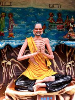足を組む修行僧の写真・画像素材[973055]