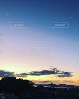 遠くに宮島を望む 瀬戸内海の朝日の写真・画像素材[3331102]
