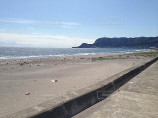 水の体の横にあるビーチの写真・画像素材[972697]
